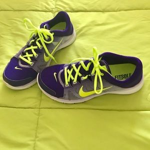 FREE SHORTS/NIKE FITSOLE TRAINING SNEAKERS